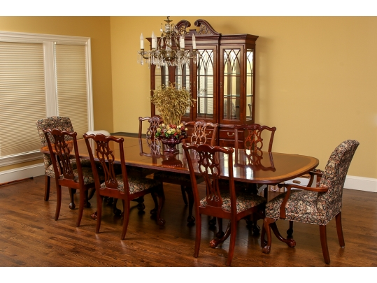 A Superb Ethan Allen Dining Table, Ethan Allen Dining Room Chairs
